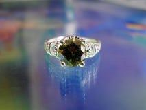 Όμορφο ασημένιο δαχτυλίδι με τη σμάραγδο Στοκ Εικόνες