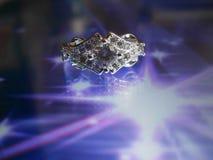 Όμορφο ασημένιο δαχτυλίδι με το διαμάντι Στοκ Φωτογραφίες