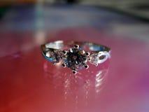 Όμορφο ασημένιο δαχτυλίδι με το διαμάντι Στοκ Εικόνα