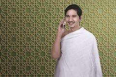 Όμορφο ασιατικό άτομο προσκυνητών που μιλά στο κινητό τηλέφωνο Στοκ Εικόνα