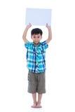 Όμορφο ασιατικό αγόρι που παρουσιάζει το κενό σημάδι ή κενό έγγραφο, sho στούντιο Στοκ Εικόνα