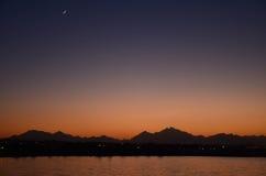 Όμορφο ασιατικό ηλιοβασίλεμα: ήλιος και φεγγάρι Στοκ Εικόνες