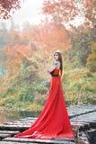 Όμορφο ασιατικό κορίτσι κόκκινο φορεμάτων στην επαρχία Στοκ φωτογραφία με δικαίωμα ελεύθερης χρήσης