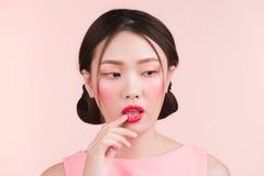 Όμορφο ασιατικό κορίτσι με το επαγγελματικό makeup και το μοντέρνο hairst Στοκ φωτογραφία με δικαίωμα ελεύθερης χρήσης