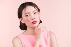 Όμορφο ασιατικό κορίτσι με το επαγγελματικό makeup και το μοντέρνο hairst Στοκ φωτογραφίες με δικαίωμα ελεύθερης χρήσης