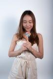 Όμορφο ασιατικό κορίτσι που κρατά ένα lollipop με τη χαρά Στοκ εικόνα με δικαίωμα ελεύθερης χρήσης