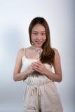 Όμορφο ασιατικό κορίτσι που κρατά ένα lollipop με τη χαρά Στοκ φωτογραφίες με δικαίωμα ελεύθερης χρήσης