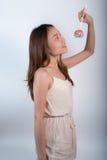 Όμορφο ασιατικό κορίτσι που κρατά ένα lollipop με τη χαρά Στοκ φωτογραφία με δικαίωμα ελεύθερης χρήσης