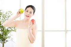Όμορφο ασιατικό κορίτσι στην πετσέτα και φρέσκο apple spa Στοκ Εικόνες