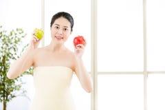 Όμορφο ασιατικό κορίτσι στην πετσέτα και φρέσκο apple spa Στοκ εικόνα με δικαίωμα ελεύθερης χρήσης