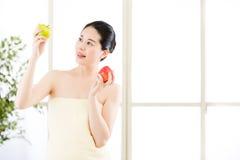 Όμορφο ασιατικό κορίτσι στην πετσέτα και φρέσκο apple spa Στοκ Φωτογραφίες