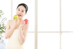 Όμορφο ασιατικό κορίτσι στην πετσέτα και φρέσκο apple spa Στοκ φωτογραφία με δικαίωμα ελεύθερης χρήσης