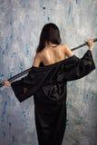 Όμορφο ασιατικό κορίτσι στο κιμονό με ένα katana Στοκ φωτογραφίες με δικαίωμα ελεύθερης χρήσης