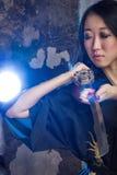 Όμορφο ασιατικό κορίτσι στο κιμονό με ένα katana Στοκ Φωτογραφίες