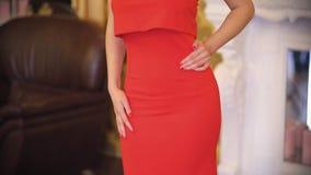 Όμορφο ασιατικό κορίτσι brunette με τα μεγάλα μάτια σε ένα κόκκινο φόρεμα βραδιού και μια κορώνα στην επικεφαλής τοποθέτησή της γ απόθεμα βίντεο