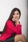Όμορφο ασιατικό νέο leggy brunette σε ένα μαύρο φόρεμα και ένα κόκκινο σακάκι Στοκ εικόνα με δικαίωμα ελεύθερης χρήσης