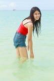 Όμορφο ασιατικό νερό παιχνιδιού γυναικών στη θάλασσα Στοκ Εικόνες