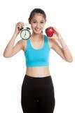 Όμορφο ασιατικό υγιές κορίτσι με το ρολόι και το μήλο Στοκ Εικόνες