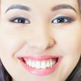 Όμορφο ασιατικό χαμόγελο γυναικών με την υγιή λεύκανση δοντιών Στοκ Εικόνες
