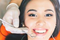 Όμορφο ασιατικό χαμόγελο γυναικών με την υγιή λεύκανση δοντιών Στοκ Φωτογραφία