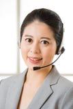 Όμορφο ασιατικό χαμόγελο γυναικών υπηρεσιών πελατών επιχείρησης Στοκ Εικόνες