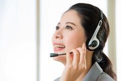 Όμορφο ασιατικό χαμόγελο γυναικών υπηρεσιών πελατών επιχείρησης Στοκ εικόνα με δικαίωμα ελεύθερης χρήσης
