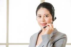Όμορφο ασιατικό χαμόγελο γυναικών υπηρεσιών πελατών επιχείρησης Στοκ φωτογραφία με δικαίωμα ελεύθερης χρήσης