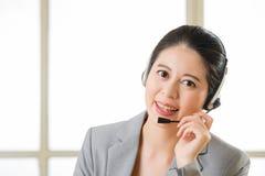 Όμορφο ασιατικό χαμόγελο γυναικών υπηρεσιών πελατών επιχείρησης Στοκ Φωτογραφίες