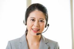 Όμορφο ασιατικό χαμόγελο γυναικών υπηρεσιών πελατών επιχείρησης Στοκ φωτογραφίες με δικαίωμα ελεύθερης χρήσης