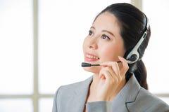 Όμορφο ασιατικό χαμόγελο γυναικών υπηρεσιών πελατών επιχείρησης Στοκ Φωτογραφία