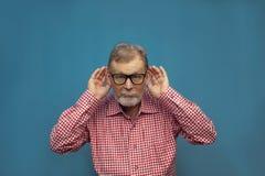 Όμορφο αστείο ηλικιωμένο άτομο που φορά το έξυπνο περιστασιακό ύφος και eyeglasses στοκ εικόνα