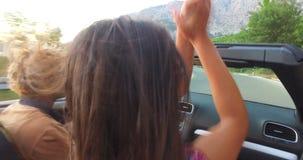 Όμορφο ατόμων με την καυκάσια φίλη του οδηγώντας σε μετατρέψιμο απόθεμα βίντεο