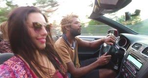 Όμορφο ατόμων με την καυκάσια φίλη του οδηγώντας σε μετατρέψιμο φιλμ μικρού μήκους