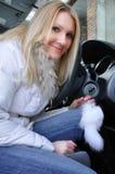 όμορφο αυτοκίνητο η γυναί Στοκ Φωτογραφία
