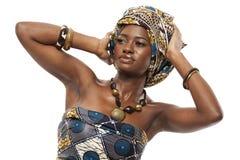 Όμορφο αφρικανικό πρότυπο μόδας στο παραδοσιακό φόρεμα. στοκ φωτογραφίες