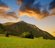 Όμορφο αλπικό τοπίο με τη σειρά βουνών στο ηλιοβασίλεμα Στοκ φωτογραφία με δικαίωμα ελεύθερης χρήσης