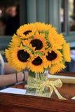 Όμορφο βάζο των ηλίανθων, θερινά αγαπημένα λουλούδια στοκ φωτογραφία