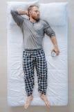 Όμορφο βάναυσο άτομο που απολαμβάνει τα τελευταία πρακτικά του ύπνου Στοκ Εικόνες
