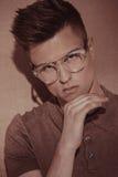 Όμορφο βάναυσο άτομο στα γυαλιά Πορτρέτο Στοκ Φωτογραφίες