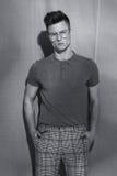 Όμορφο βάναυσο άτομο στα γυαλιά Στοκ φωτογραφία με δικαίωμα ελεύθερης χρήσης