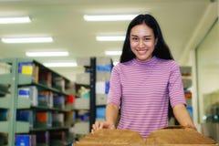 Όμορφο βιβλίο ανάγνωσης γυναικών στη βιβλιοθήκη στοκ φωτογραφίες με δικαίωμα ελεύθερης χρήσης