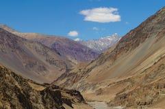 Όμορφο βουνό κοντά στη συμβολή Zanskar και Indus rive στοκ φωτογραφίες