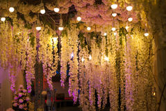 Όμορφο βράδυ ντεκόρ πολυτέλειας με τα φω'τα για το γάμο στοκ εικόνα