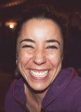 όμορφο γέλιο ανασκόπησης πέρα από τις νεολαίες λευκών γυναικών Στοκ Εικόνα