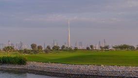 Όμορφο γήπεδο του γκολφ κατά τη διάρκεια της ανατολής γύρω από τους σύγχρονους ουρανοξύστες του στο κέντρο της πόλης timelapse το φιλμ μικρού μήκους