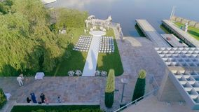 Όμορφο γαμήλιο ντεκόρ στο άσπρο χρώμα, μια όμορφη θέση για μια γαμήλια τελετή φιλμ μικρού μήκους