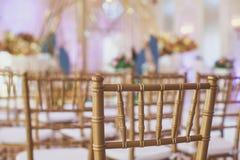 Όμορφο γαμήλιο εσωτερικό και επιτραπέζιο ντεκόρ, διακόσμηση λουλουδιών με την ανθοδέσμη λουλουδιών, με τα τριαντάφυλλα, τουλίπες, Στοκ φωτογραφία με δικαίωμα ελεύθερης χρήσης