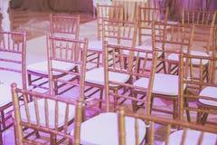 Όμορφο γαμήλιο εσωτερικό και επιτραπέζιο ντεκόρ, διακόσμηση λουλουδιών με την ανθοδέσμη λουλουδιών, με τα τριαντάφυλλα, τουλίπες, Στοκ εικόνα με δικαίωμα ελεύθερης χρήσης