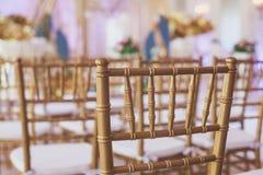 Όμορφο γαμήλιο εσωτερικό και επιτραπέζιο ντεκόρ, διακόσμηση λουλουδιών με την ανθοδέσμη λουλουδιών, με τα τριαντάφυλλα, τουλίπες, Στοκ Εικόνες