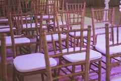Όμορφο γαμήλιο εσωτερικό και επιτραπέζιο ντεκόρ, διακόσμηση λουλουδιών με την ανθοδέσμη λουλουδιών, με τα τριαντάφυλλα, τουλίπες, Στοκ Φωτογραφίες